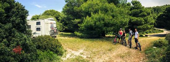 Into The World se întoarce. Şase biciclete şi o rulotă în Grecia