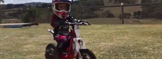 Fiica lui Casey Stoner la prima cursă pe motocicletă