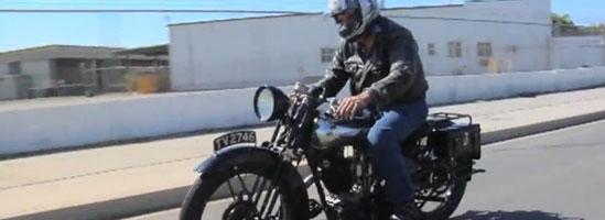 Jay Leno scoate la plimbare o motocicletă din anii '30
