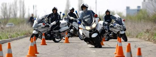 Cât de greu e să stăpâneşti un motor al Poliţiei Rutiere